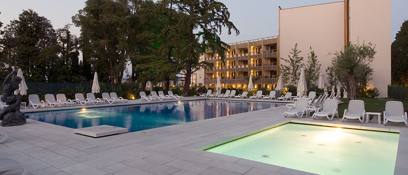 Hotel Acquaviva, Desenzano, Lake Garda, Italy - Outdoor pool area.jpg